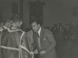 El alcalde Andrés Aramendi Sodupe tomando la Comunión en la iglesia San Fermín