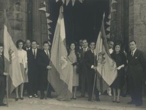 Momento de la salida de la iglesia San Juan Bautista. En ella posan con las tres banderas : Diputación, Pasaia y franquista