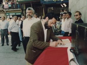 El alcalde Xabier Portugal firma un escrito en el que se refleja la cesión por parte de la Cofradía de Remo al Ayuntamiento de Pasaia de un mural dedicado a los remeros y colocado en la plaza Santiago