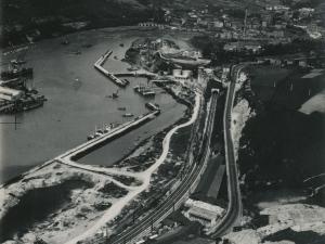 Fotografía aérea del puerto de Pasai Antxo, Errenteria y Pasai Donibane. Se ven los Astilleros Pasaia y MEIPI