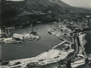 Fotografía aérea de Pasai Antxo, Lezo, Errenteria y Pasai Donibane. Se ven los Astilleros Pasaia y MEIPI