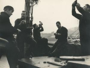 Arrantzales almorzando en el barco atracado en el puerto de Pasaia