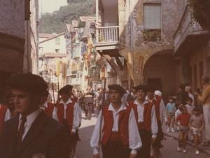 Desfile de dantzaris y txistularis por las calles de Pasaia