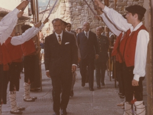 Desfile de autoridades por las calles de Pasaia