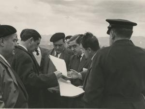 José María del Moral y otras autoridades hojeando la documentación