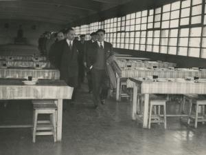 José María del Moral y otras autoridades visitando los comedores de la empresa Pysbe