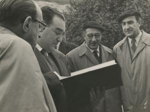 José María del Moral hojeando la documentación