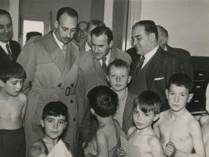 José María del Moral y otras autoridades charlando con un grupo de niños