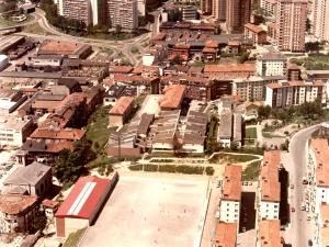 Barrio de Andonegi de Trintxerpe. En primer término, la iglesia y escuelas del Virgen del Carmen, campo de fútbol y el frontón. Al fondo, Bidebieta