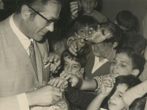 Autoridades repartiendo caramelos a los niños de la escuela