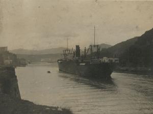 Embarcación entrando a la bahía de Pasaia. A la izquierda, la ermita de Santa Ana