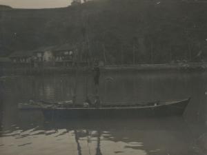Embarcación en la bahía de Pasaia frente a Pasai San Pedro
