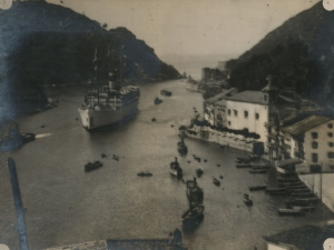 Buque entrando a la bahía de Pasaia. A la derecha, Pasai Donibane y a la izquierda, Pasai San Pedro