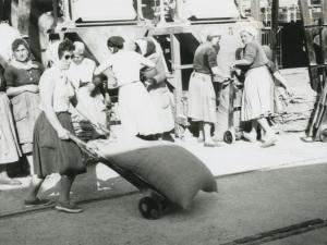 Mujeres trabajando en el puerto de Pasaia