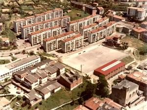 Barrio de Andonegi de Trintxerpe. En primer término, la iglesia y escuelas del Virgen del Carmen, campo de fútbol y el frontón