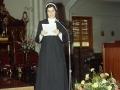 Religiosa ofreciendo un discurso durante los actos de homenaje a dos monjas