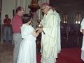 Clérigo oficiando los actos religiosos en homenaje a dos monjas