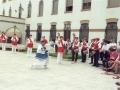 Actos en homenaje a dos monjas : dantzaris bailando junto a la iglesia de las Hermanas Hospitalarias