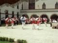 Actos en homenaje a dos religiosas : dantzaris bailando arku-dantza junto a la iglesia de las Hermanas Hospitalarias