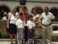 Grupo de personas junto a la iglesia de las Hermanas Hospitalarias, en los actos de homenaje a dos religiosas