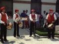 Actos en homenaje a dos religiosas : txistularis tocando junto a la iglesia de las Hermanas Hospitalarias