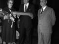 La viuda de Julián Celaya recibiendo una placa conmemorativa