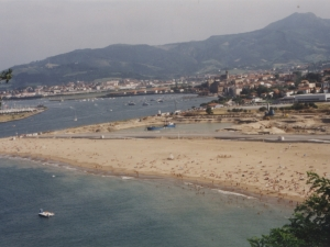 Vista de la zona de la playa, del pueblo y de las obras para la contrucción del puerto deportivo