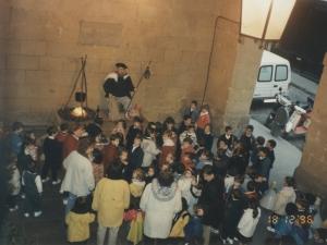 Niños alrededor del Olentzero instalado en el pórtico de Ayuntamiento