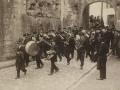 Autoridades de la provincia dirigiéndose a la ermita de Guadalupe, para implorar el feliz término de la guerra de Marruecos : la banda municipal de Irun, en la comitiva