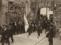 Autoridades de la provincia dirigiéndose a la ermita de Guadalupe, para implorar el feliz término de la guerra de Marruecos : la bandera de la ciudad de Irun al frente de la corporación