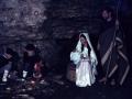 San José y la Virgen María con el Niño Jesús junto a la hoguera en un Belén viviente