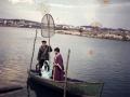 San José y la Virgen María con el Niño Jesús en barca en un Belén viviente