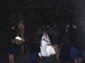 Mujeres entregando ofrendas a la Virgen María en el Belén viviente