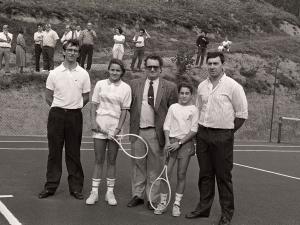 Tenistas y equipo de jueces en la inauguración de la pista de tenis Larrain-Gain