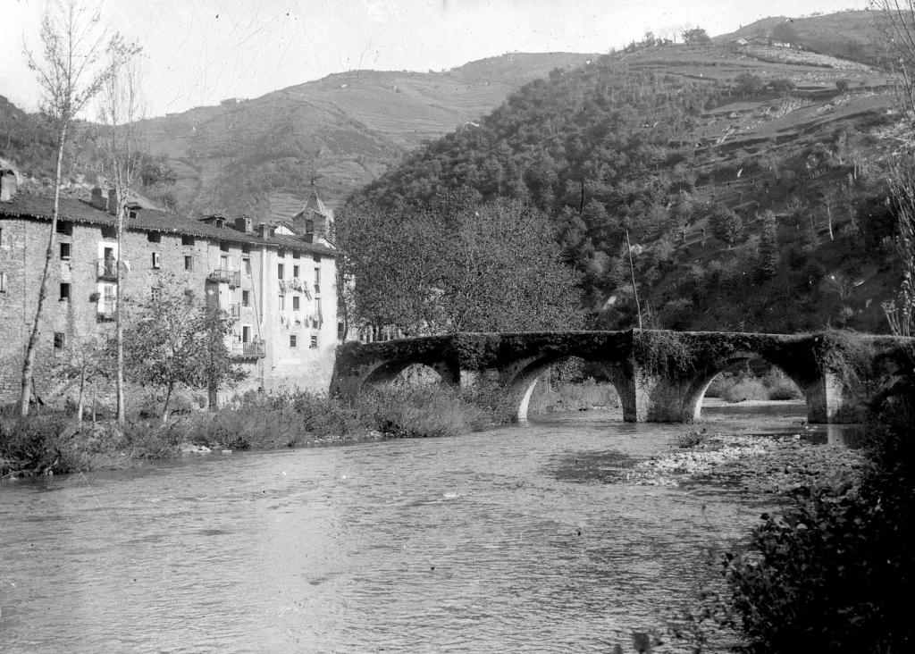 """""""Oxintzu-Los Martires (Vergara). Paisaje de Oxintzu-Los Martires sobre el rio Deva"""""""