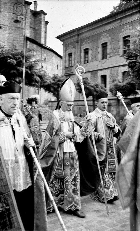 El obispo misionero de Wuhu (China), monseñor Zenón Aramburu, presidiendo la tradicional procesión de San Martín de Aguirre