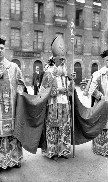 El obispo Zenón Aramburu presidiendo la procesión de San Martin de Aguirre