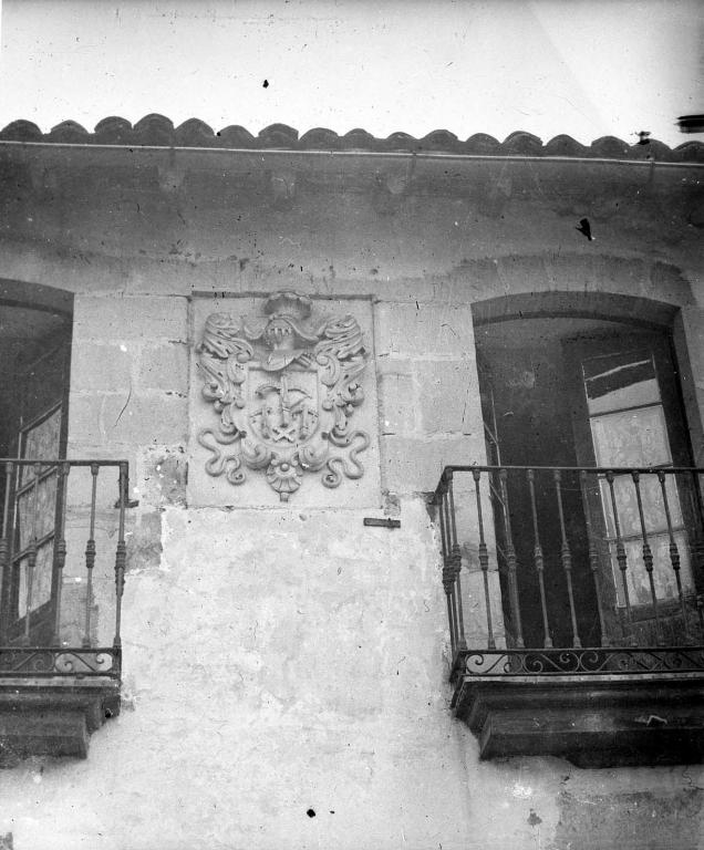 """""""Anguiosar. Escudo de armas de una casa frente a la iglesia"""""""