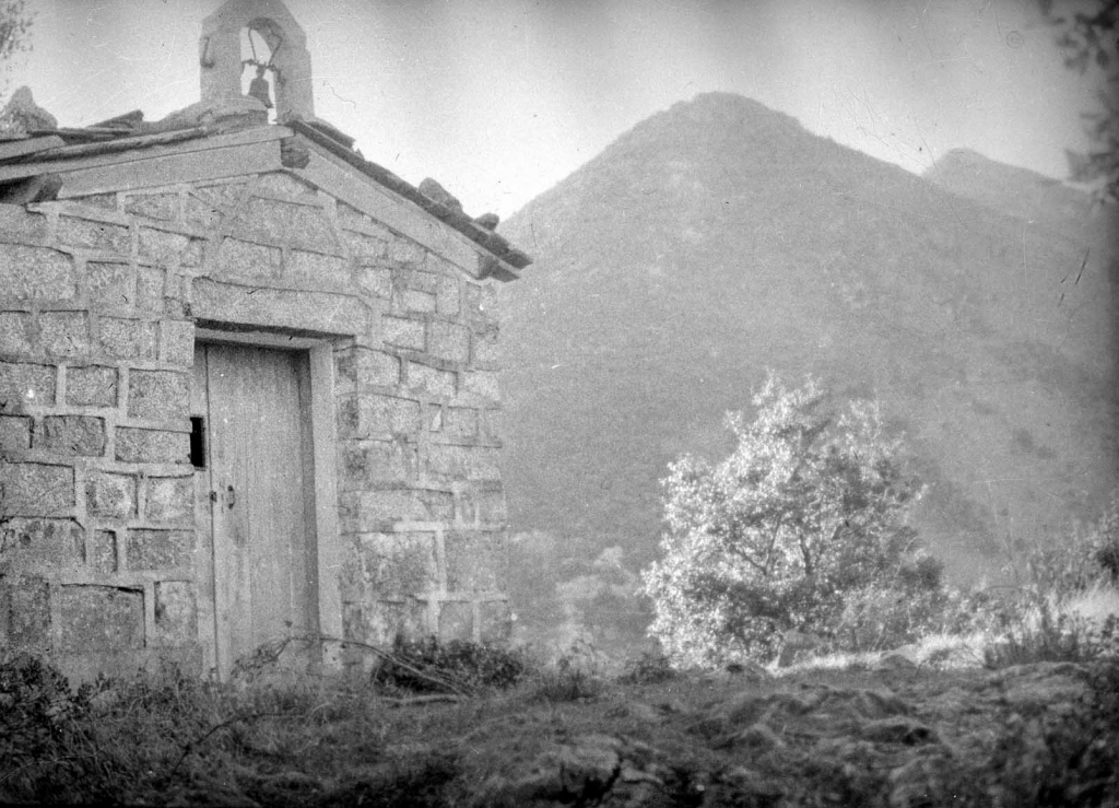 """Itziar (Deva). Ermita de S. Salvador al fondo Andutz"""