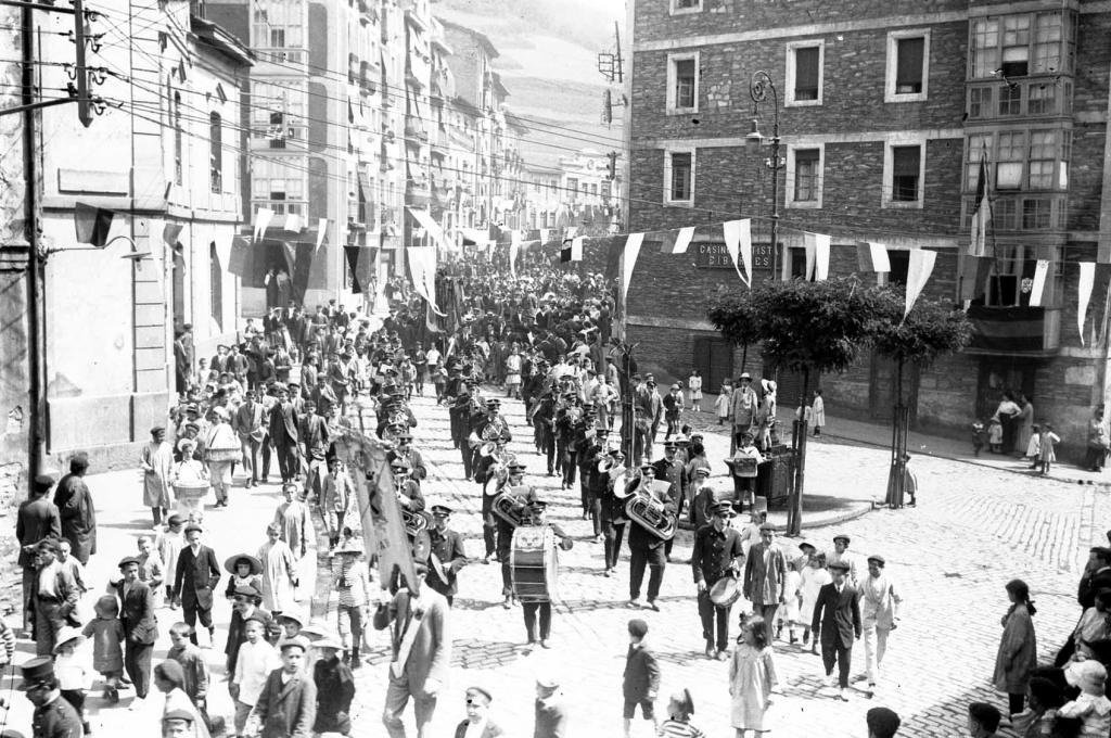 """""""Eibar. Pasacalle por la Banda Marcial en la calle Estacion"""""""