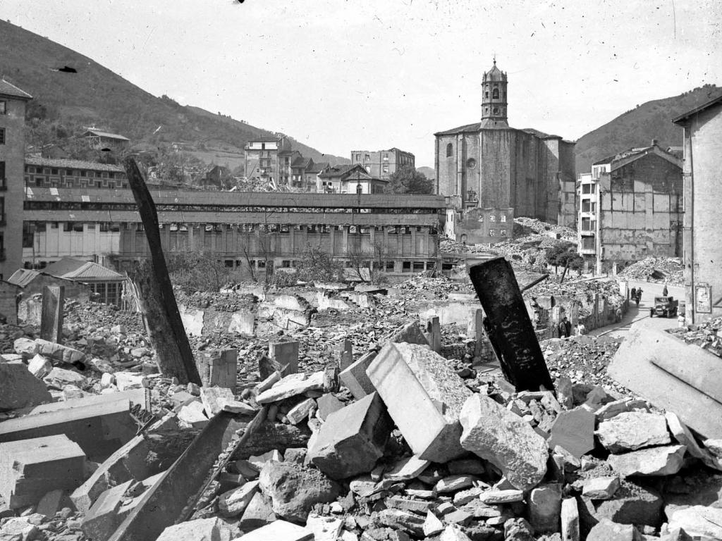 """""""Eibar. La plaza del Mercado y la Iglesia Parroquial"""""""