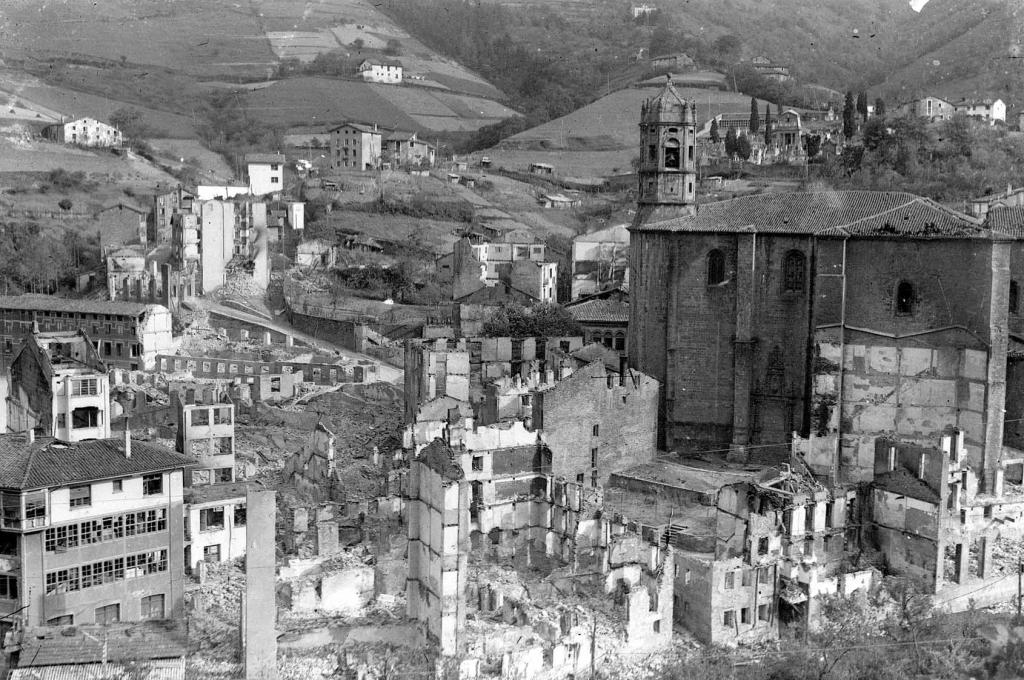 Zona de la parroquia de San Andrés despues del bombardeo
