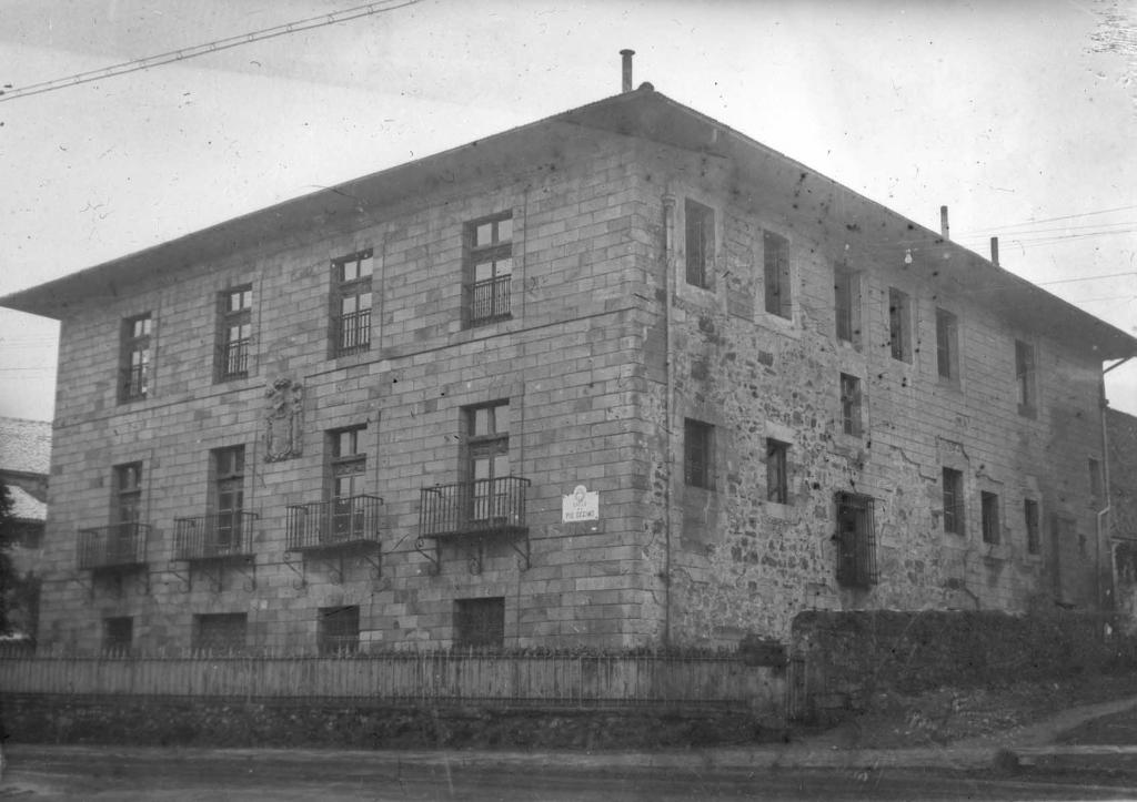 Casa fundada en 1650 por D. Juan de Arespacochaga y su escudo.