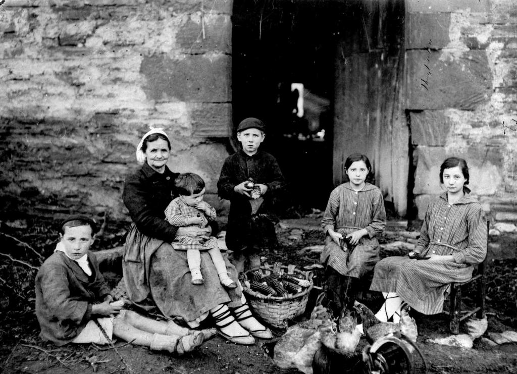 Familia en la puerta del caserío Isasi Barrenengua