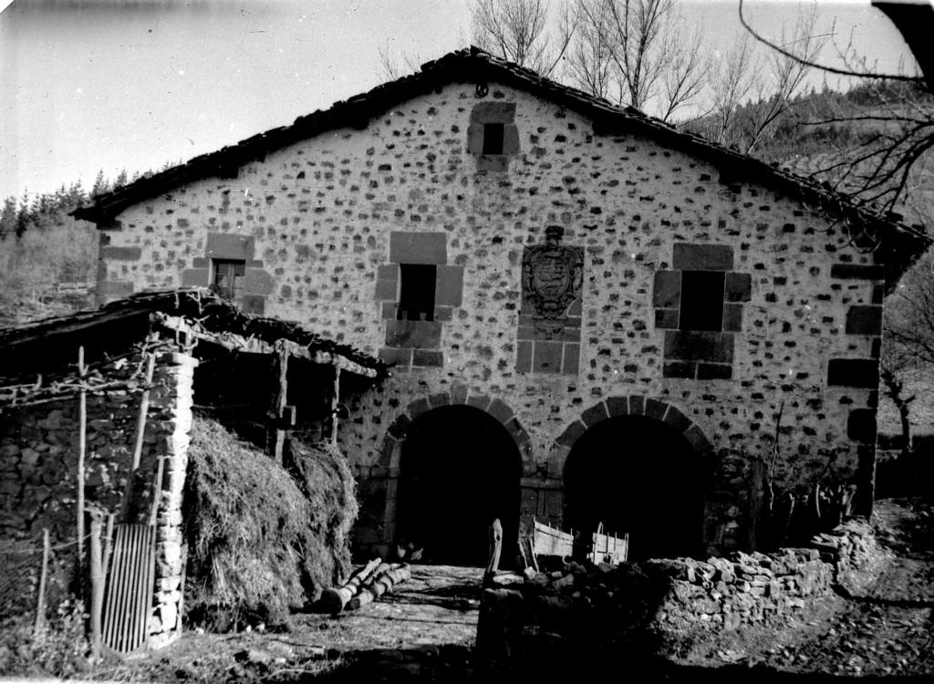 Oro (Aretxabaleta). Iturralde baserria (Euskal Herriko baserri tipikoa) eta bere armarria.