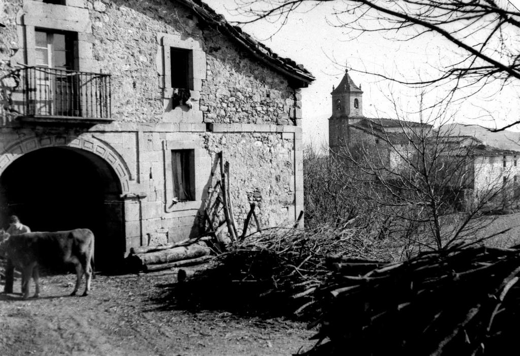 """""""Bedoña (Arechabaleta). Caserio Uribarri con la iglesia de Bedoña al fondo"""""""