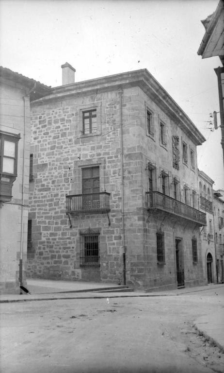 Casa de D. Juan González, fundada en el siglo XVII por D. Domingo de Lequerica y su escudo: 1.: Lequerica, 2.: Ossa.