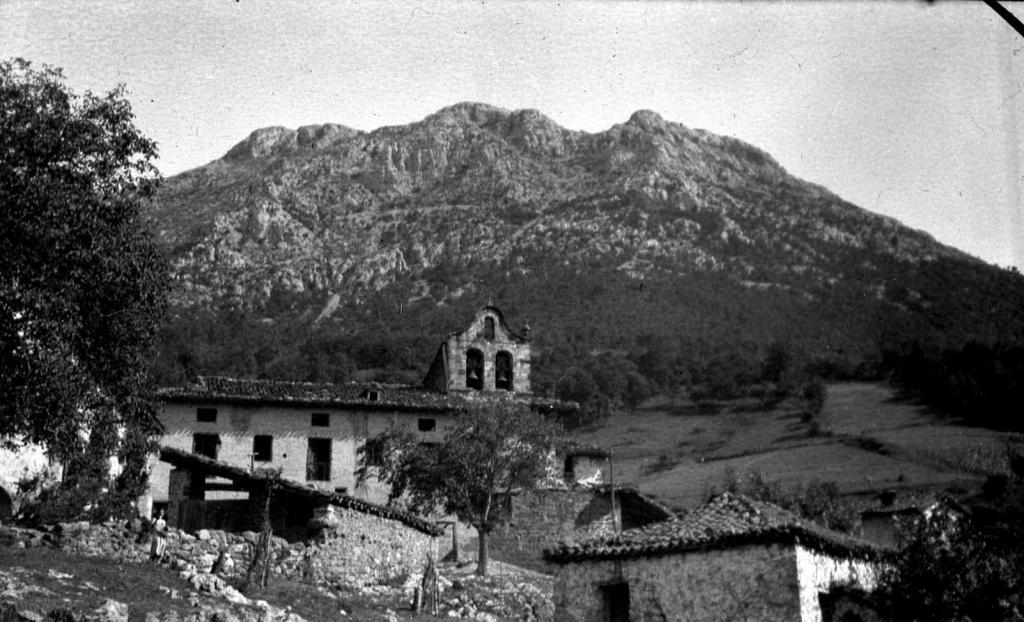 """Udala (Mondragon). Vista de Udala al fondo Udalaitz"""