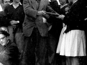 Eneida Iraeta entregándole la placa a Indalecio Ojanguren en su homenaje