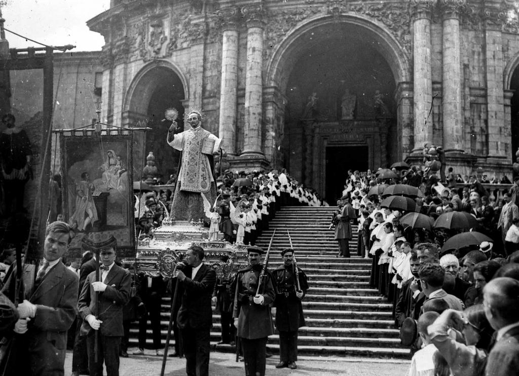 """Loyola (Azpeitia). La tradicional procesion a la salida del Santuario hacia Azpeitia"""